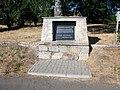 Denkmal vor dem Bahnhof Vojtanov.jpg