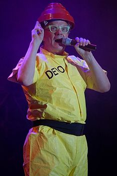 Mark Mothersbaugh durante uno show
