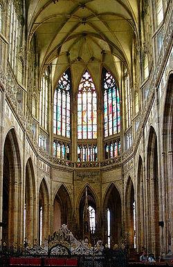 Lig deurvloei die hoogkoor van die sint-vituskatedraal in praag