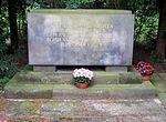Dresden Nordfriedhof Gedenkstein Bombardierung 1.JPG