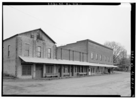 EXTERIOR VIEW, FRONT FACADE (AT FAR RIGHT) OF THE COMMERCIAL BLOCK STREETSCAPE - Harbin Hotel, Carbon Hill Road andWalker County Road 11, Nauvoo, Walker County, AL HABS ALA,64-NAU,1-1.tif