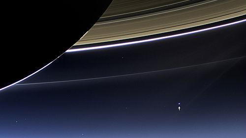 Pesawat ruang angkasa Cassini NASA memotret Bumi dan Bulan (terlihat pada kanan bawah) dari Saturnus (19 Juli 2013).
