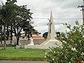 Estátua na rotatória de acesso ao Santuário da Lapa em Jardinópolis, vista da Avenida Pequena do Nascimento - panoramio.jpg