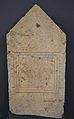 Estela funerària romana, el Reguero (Pedralba), Museu de Prehistòria de València.JPG