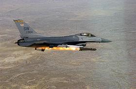 Un F-16CJ Fighting Falcon tirant un missile AGM-65D Maverick durant l'exercice Combat Hammer en 2002