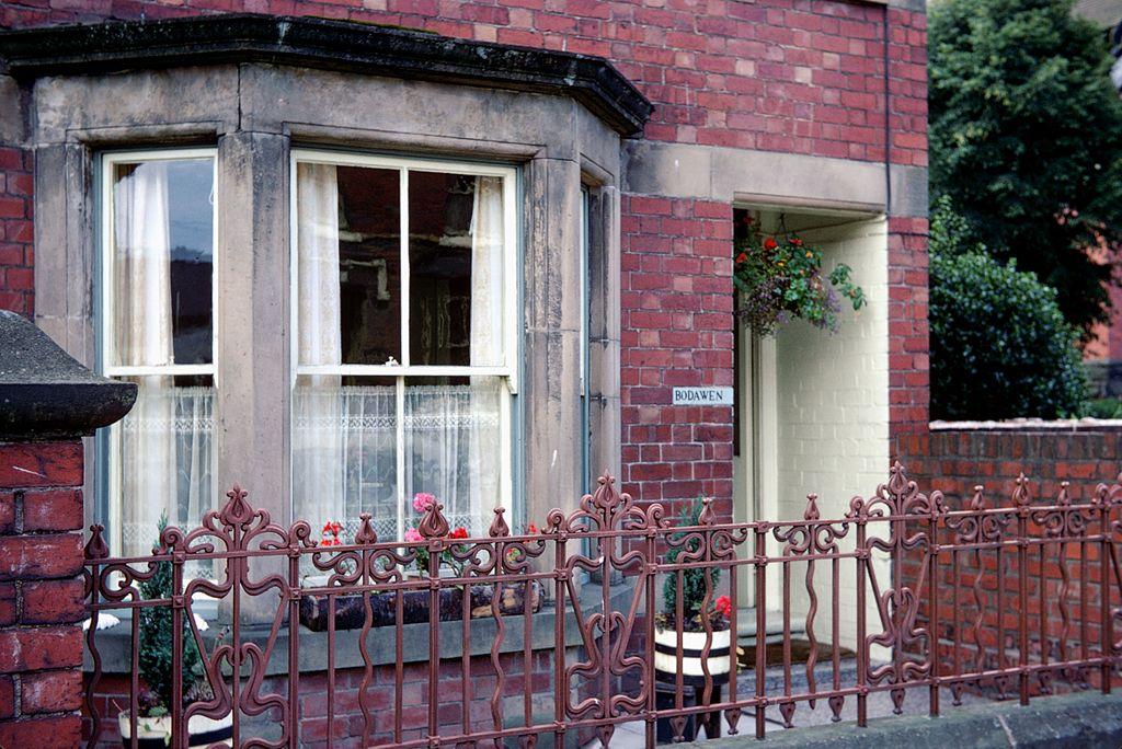 File:Façade De Maison Avec Bow-Window.Jpg - Wikimedia Commons