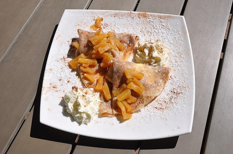 File:Fahéjas palacsinta vaniliás fagylalttal és karamellizált ananásszal, 2.jpg
