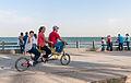 Familia a pedalar no Paseio do Lago, Maracaibo.jpg