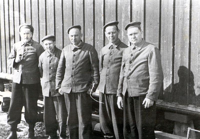 File:Fanger på Falstad Nedre 1942 - Prisoners at Falstad Nedre 1942 (5327123290).jpg