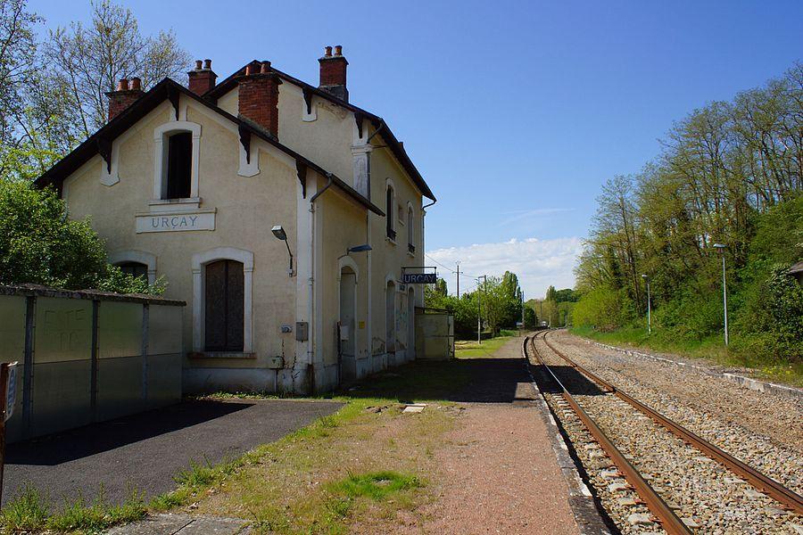 Intérieur de l'ancienne gare, la voie unique et le quai de la halte, l'ancien quai et l'emplacement de l'ancienne voie d'évitement déposée.