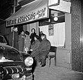Gasten staan voor het café Aux Assasins, Bestanddeelnr 254-0025.jpg