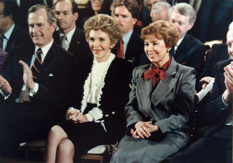 George HW Bush, Nancy Reagan, Raisa Gorbachova 1987-12-08 C44086-07.jpg