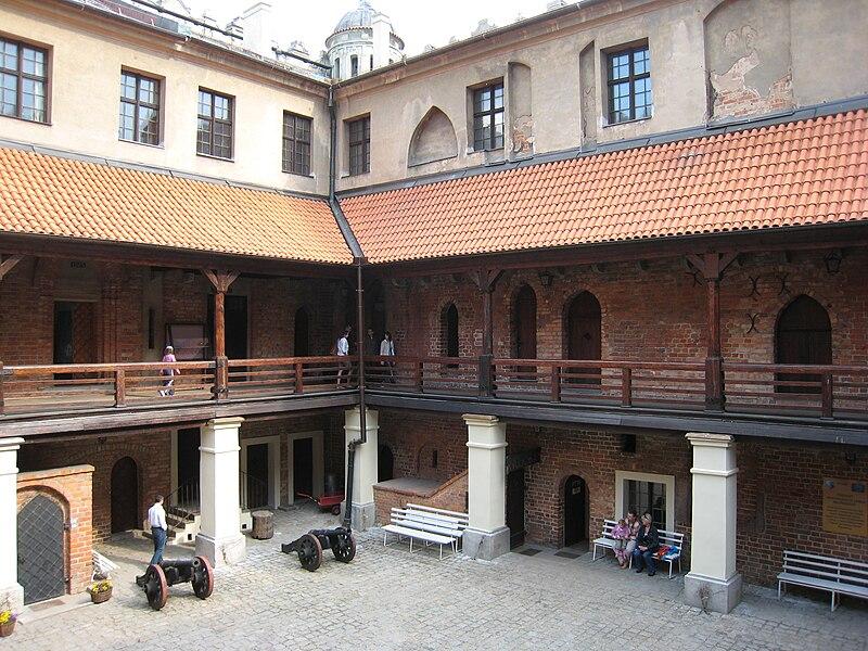 scottys castle courtyard - 800×600