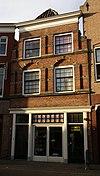 foto van Huis met tot lijstgevel gewijzigde trapgevel met dubbele, geblokte pilasters en ontlastingsbogen