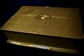 Gouden doosje met visitekaartjes en postkaarten (fonds Tolkowski).png