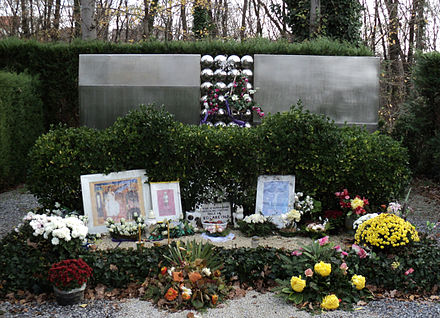 Monument at the Mirogoj Cemetery in Zagreb dedicated to the children from Kozara who died in Ustase concentration camps Grobnica djece sa Kozare Mirogoj.jpg