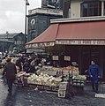 Groentenstal voor café La Pointe St Eustace, Rue de Montmartre, Parijs, Bestanddeelnr 255-9986.jpg