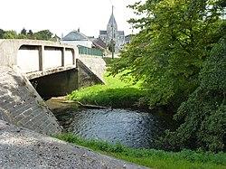 Hannappes (Ardennes) pont de l'Aube avec vue sur le bourg.jpg