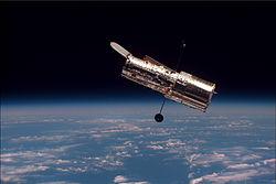 Hubble, fotograferet i februar 1997 af besætningen ombord på rumfærgen Discovery.
