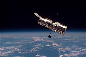 Hubble Space Telescope seen from Space Shuttle டிஸ்கவரி STS-82 இன் போது.