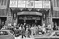 In verband met slecht weer drukte voor bioscoop Tuschinki in de Reguliersbreestr, Bestanddeelnr 929-8098.jpg