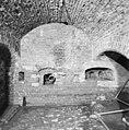 Interieur, zuidelijke onderste kazemat met kanonsgat, musketgaten en afvoergat - 20000535 - RCE.jpg