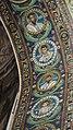 Italie, Ravenne, basilique San Vitale, mosaïque de l'intrados du grand arc montrant des médaillons d'apôtres et de saints (48087065833).jpg