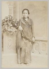KITLV 12083 - Kassian Céphas - A Javanese woman with pajoeng, presumably at Yogyakarta - Around 1890.tif