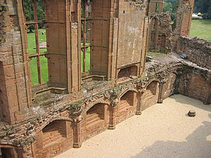 Kenilworth Castle - John of Gaunt's great hall, showing the vertical lines characteristic of the perpendicular style