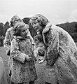 Koninklijk gezin op Soestdijk met hondje buiten, Bestanddeelnr 904-2777.jpg
