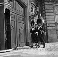 Koninklijke garde bij de toegangsdeur van Paleis Brockdorff op het plein van Slo, Bestanddeelnr 252-8701.jpg