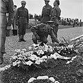 Kranslegging op het soldatenkerkhof Margraten (L) door minister president Wille, Bestanddeelnr 900-4867.jpg
