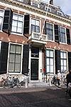 foto van Pand met vijf ramen brede gevel met rechte kroonlijst, natuursteen blokken boven de vensters