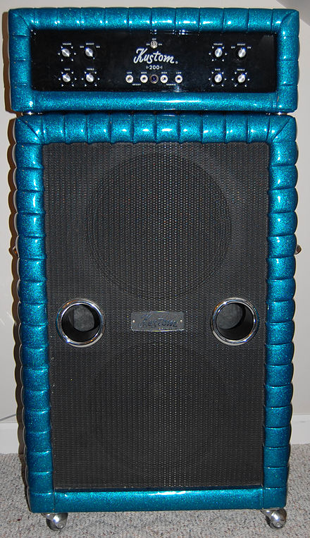 "A Kustom 200 bass amplifier from 1971, featuring a separate amp head on top of a 2 x 15"" speaker cabinet.. Kustom 200 bass amplifier (1971).jpg"