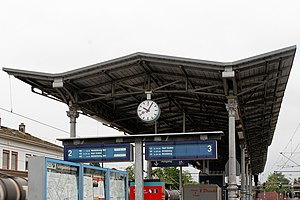 Langen (Hess) station - Platform canopy between the tracks
