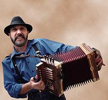 Lee Benoit jouant de l'accordéon