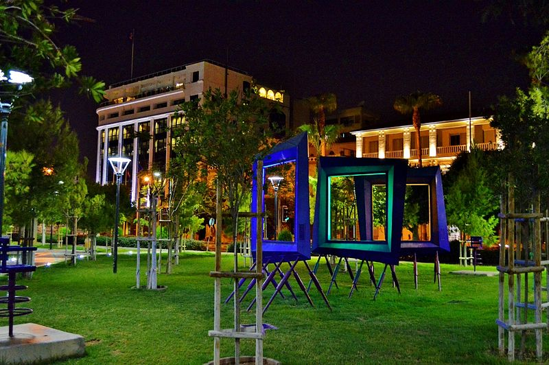 Ficheiro:Limassol new seaside green park monuments by night Limassol Republic of Cyprus.jpg