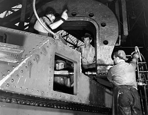 M3 Lee - M3 Lee being manufactured.