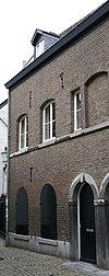 foto van Huis met door een uitspringende band horizontaal gelede lijstgevel.