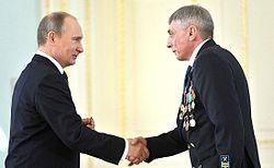 Президент России Владимир Путин и Владимир Мельник на церемонии вручения звания Героя Труда Российской Федерации 1 мая 2013 года.