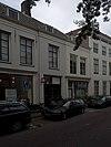 foto van Huis met smalle geverfde lijstgevel