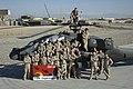 Militairen-van-de-air-task-force-poseren-voor-een-apache.jpg