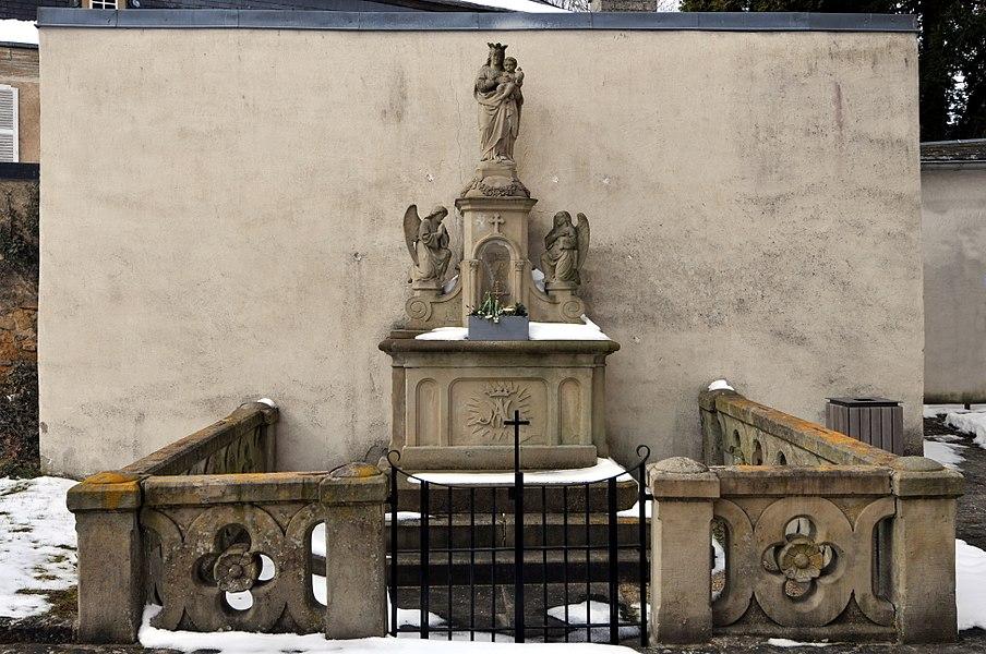 E Muttergottesaltor um Ale Kierfecht bei der Kierch zu Jonglënster.