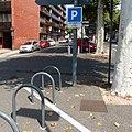 Parking à vélos avec panneau C1a et panonceau M4d1.jpg