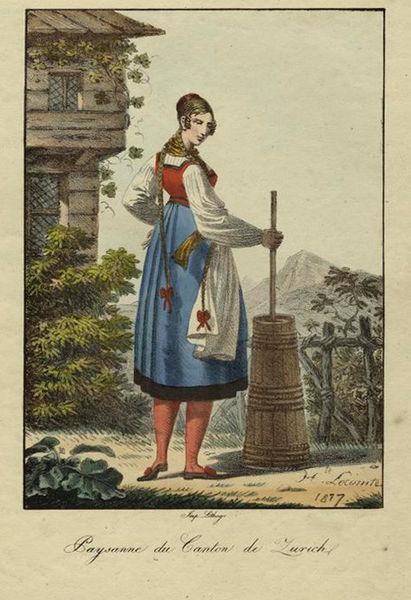 Contadina che sbatte la crema di latte nella zangola per ottenere il burro