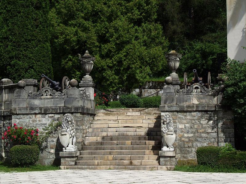 http://upload.wikimedia.org/wikipedia/commons/thumb/3/32/Pele%C5%9F_-_gardens.jpg/800px-Pele%C5%9F_-_gardens.jpg