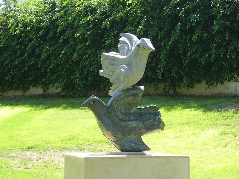"""הפסל """"ציפורים עפות"""" ברעננה"""