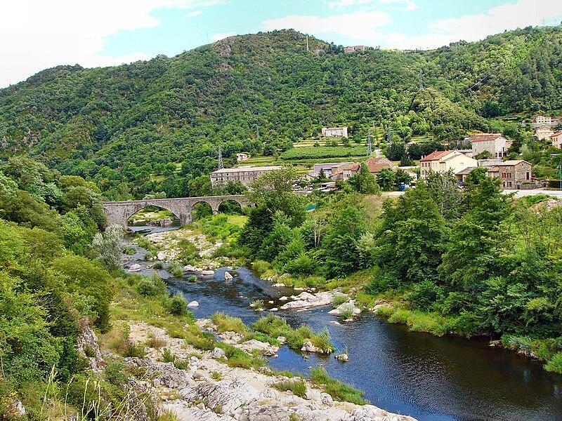 Le Moulinon et son vieux pont de pierre. Commune de Saint-Sauveur-de-Montagut