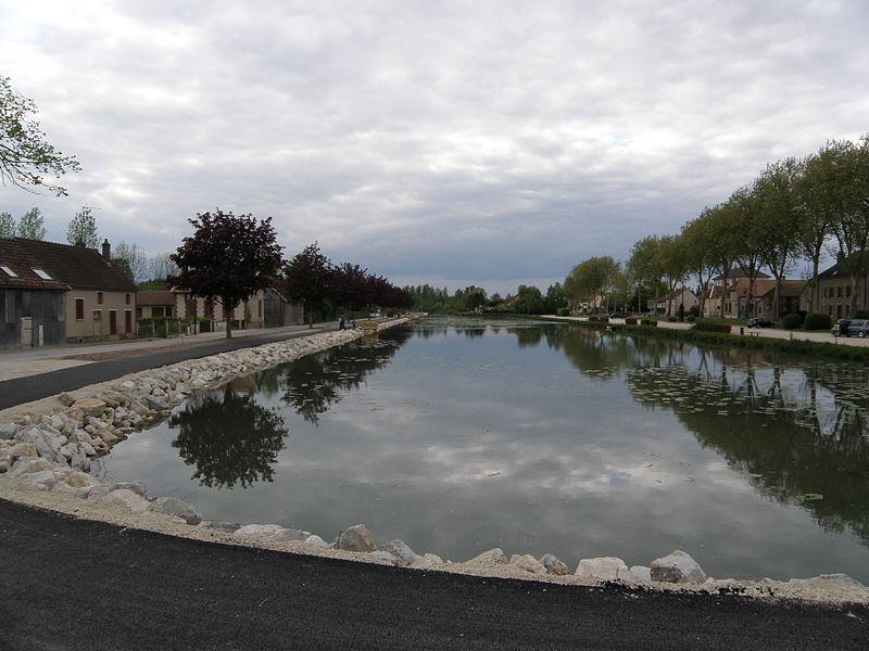 Port de Méry-sur-Seine sur le canal de la Haute-Seine. 10170 Méry-sur-Seine.
