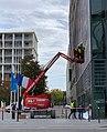 Préparation de l'installation de la banderole hommage à Samuel Paty sur le siège du conseil régional d'Auvergne-Rhône-Alpes à Lyon (octobre 2020) - 2.jpg